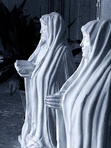 Estatuas fúnebres de Juana de Zúñiga y Catalina Cortés, en el Monasterio de La Cartuja de Sevilla.